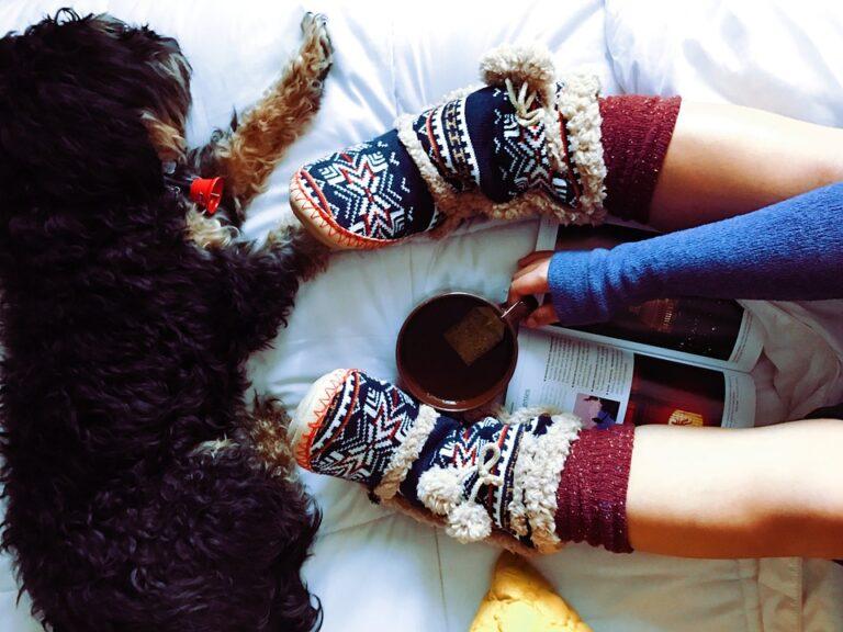 Ciepłe kapcie na zimowe wieczory. Sprawdź, co jest teraz modne!