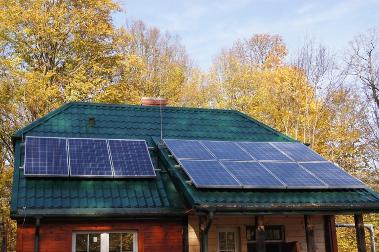 Instalacja fotowoltaiczna i instalacja solarna – czym się różnią i którą wybrać?