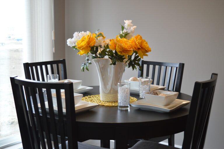 Stół z po… malowanymi nogami, czyli renowacja mebla od A do Z